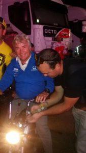 Gabriel Lerin, compañero del grupo poniendo la cinta a la moto de Angel Nieto